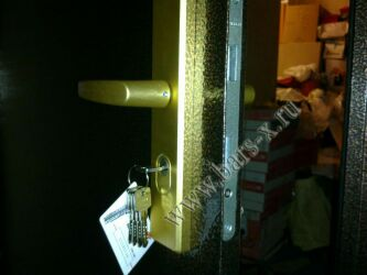 установка бронированных ручек на замок железной двери
