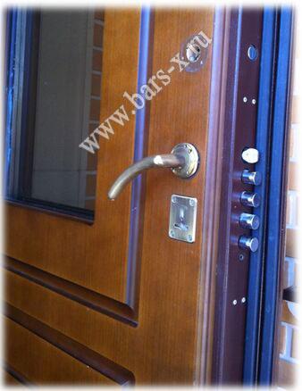 необходим разбор двери, съем панелей длязамены замка и установка ночной задвижки
