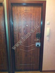 замена оббивки -установка ламинированной панели,накладных замков железной двери